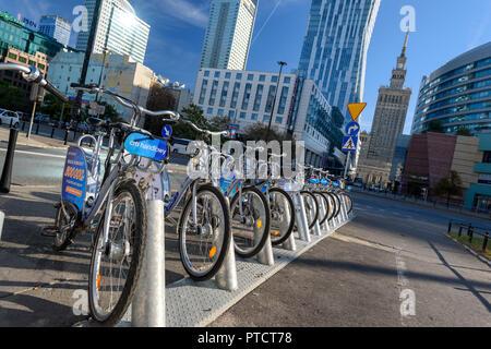 Warschau, Polen - Sept 30, 2018: Bike Stationen in der Nähe der Palast der Kultur und Wissenschaft in Warschau durch Veturilo Firma, die insgesamt 2968 Fahrräder Angebote für - Stockfoto