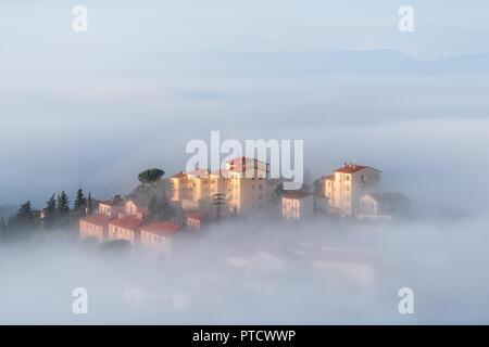 Chiusi Scalo Nebel Nebel Sonnenaufgang auf dem Dach Häuser Gebäude in Umbrien, Italien in der Nähe der Toskana, mit weichen Wolken bedeckt, Stadt, Cityscape, Dunst - Stockfoto