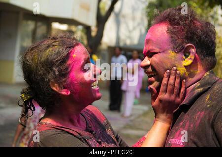Junge Indien Paar beim Holi und Anwendung trocken Farbe, Pune, Indien - Stockfoto
