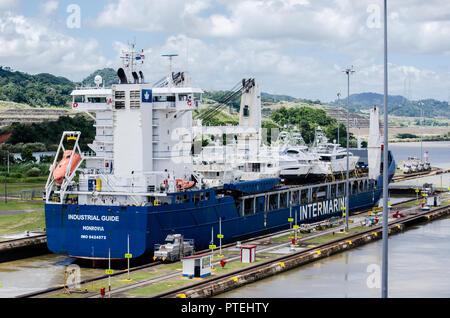 Yatch Transportschiff Transit die Miraflores Schleusen auf seiner Route durch den Panamakanal - Stockfoto