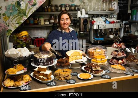 England, Berkshire, Goring an der Themse, High Street, pierrepont's Cafe, Arbeiter Kuchen serviert - Stockfoto