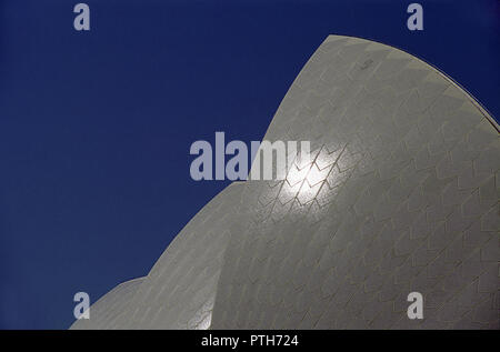 In der Nähe von Sydney Opera House Dach vor einem tiefblauen Himmel: Sydney, NSW, Australien - Stockfoto