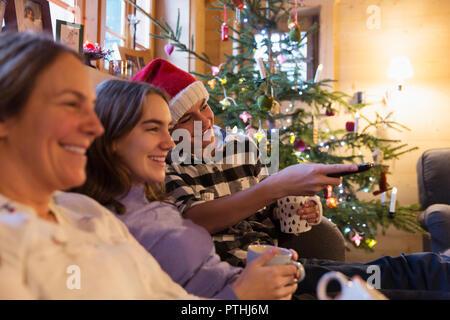 Familie entspannen, fernsehen in Weihnachten Wohnzimmer - Stockfoto