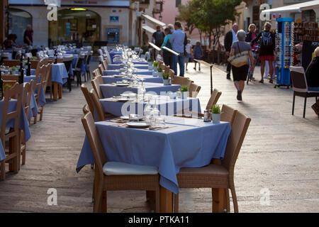 ALCUDIA, MALLORCA, SPANIEN - Oktober 2., 2018: Die Menschen genießen Essen und shightseeing in der Altstadt von Alcudia - Stockfoto