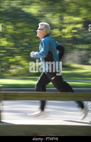 Passen reifer Mann beim Joggen im Central Park, New York City, USA - Stockfoto