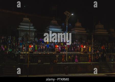 Kathmandu, Nepal - Nov 8,2018: Abend Aarati, heiliger Mann Brahmanen Gebete an Pashupatinath Kathmandu zu Gott. - Stockfoto