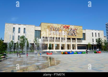 National History Museum mit Shqiptarët Mosaic, der Albaner, Muzeu Historik Kombëtar, Skanderbeg Square, Tirana, Albanien - Stockfoto