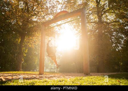 Mann Sitzt Auf Einer Schaukel Im Garten Beobachten Sonnenuntergang