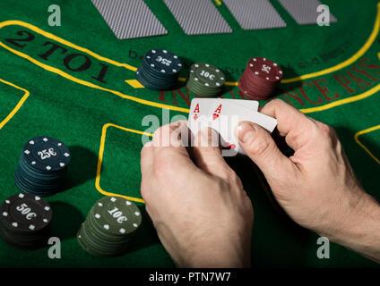 Gewinnkombination in Poker-Spiel. Karten und Chips auf einem grünen Tuch - Stockfoto