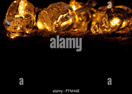 Glühende Totenköpfe auf schwarzem Hintergrund - Stockfoto