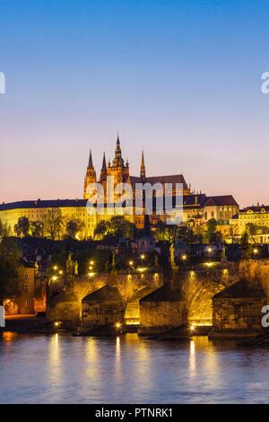 Die Prager Burg St. Veitsdom Karlsbrücke und Vtlava Fluss leuchtet in der Dämmerung Tschechische Republik - Stockfoto