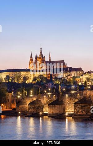 Karlsbrücke, Burg und Kathedrale in der Abenddämmerung. Prag, Tschechische Republik - Stockfoto