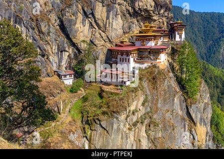 Der Tiger Nest Kloster Taktsang, Paro, hoch oben auf einer Klippe in Paro, Bhutan, schöne Landschaft und den Hintergrund von Bergen und Bäumen