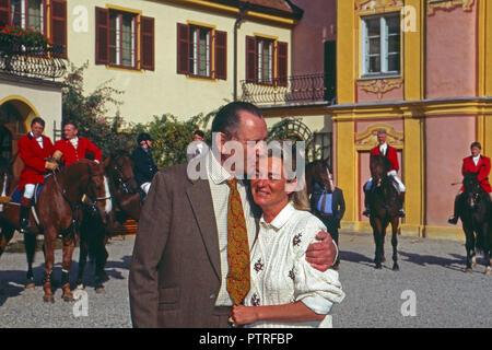 Dieter Baron Malsen Ponickau mit Baroness Sybille de Selys Longchamps in Schloss Osterberg, Deutschland 1998. Baron Dieter von Malsen Ponickau mit Baroness Sybille de Selys Longchamps am Osterberg schloss, Deutschland 1998. - Stockfoto