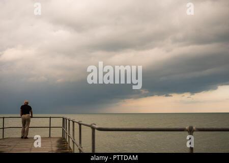 Aberystwyth Wales UK, Donnerstag, 11. Oktober 2018. UK Wetter: Dunkle Gewitterwolken Webstuhl über den Hafen und das Meer in Aberystwyth an der West Küste von Wales in einem frühen Vorgeschmack auf Sturm Callum. Das Wetter ist dramatisch am Freitag und Samstag zu verschlechtern, mit einem Band der sintflutartigen Regenfälle, die Gefahr von Überschwemmungen zu viel von Wales, Schottland North West England Foto: Keith Morris/Alamy leben Nachrichten - Stockfoto