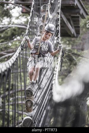 Kleiner Junge Im Klettergarten (Model-Release) - Stockfoto