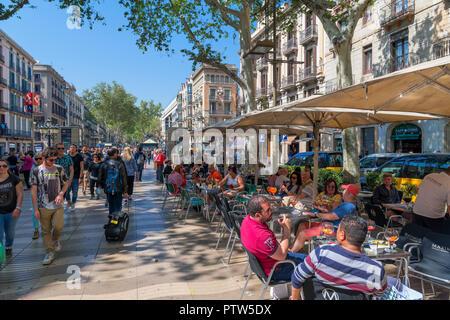 Las Ramblas, Barcelona. Cafe an der belebten Rambla dels Caputxins, Barcelona, Katalonien, Spanien. - Stockfoto