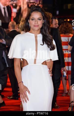 Michelle Rodriguez anreisen, für die 62 BFI London Film Festival Opening Night Gala Screening von Witwen im Odeon Leicester Square, London statt. - Stockfoto