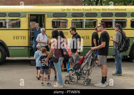 Besucher an Bord des 1956 Bus Nummer 3100, die ersten klimatisierten Bus in die Flotte, die am 25. jährlichen New York City Transit Museum Bus Festival in Brooklyn Bridge Park in Brooklyn in New York am Sonntag, 7. Oktober 2018. Einmal im Jahr das Museum rollt seine Flotte von Vintage Busse aus dem frühen 20. Jahrhundert, die der aktuellen Fahrzeuge, der es den Leuten erlaubt, zu ergehen und schwelgen in Nostalgie für die Fahrzeuge, die eine Art von Time Machine Besucher zurück in eine andere Zeit nimmt. (© Richard B. Levine) - Stockfoto