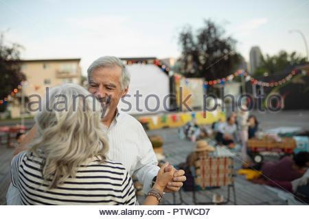 Herzlichen senior Paar tanzen im Film im Park - Stockfoto