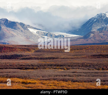 Gletscher Abstellgleis aus Wolken Herbst Farbe Alaska Grasland - Stockfoto