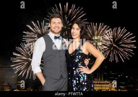 Glückliches Paar umarmen bei Party - Stockfoto