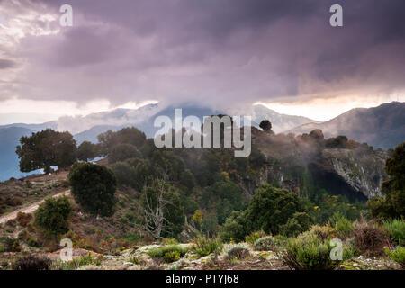 In den Bergen von Korsika, die in dramatische Wolken - Stockfoto