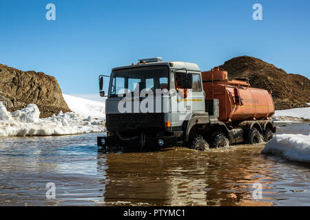 Fortschritte Station, Antarktis Januar 04, 2017: ein Benzin Lkw Kamaz Plattform läuft entlang der Feder off-road Fahrzeuge an Standorten zu tanken. Anta - Stockfoto