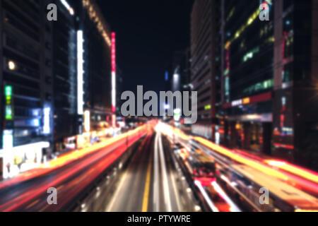Modernes Stadtbild bei Nacht mit Ampel auf der Breiten Straße. Unscharfer Hintergrund Foto - Stockfoto