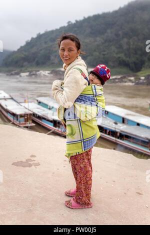 Pak Beng, Laos - 26. Januar 2017: Unbekannter laotischen Mutter und Kind im Dorf Pak Beng auf dem Mekong in Laos. Fast 70 Prozent der - Stockfoto