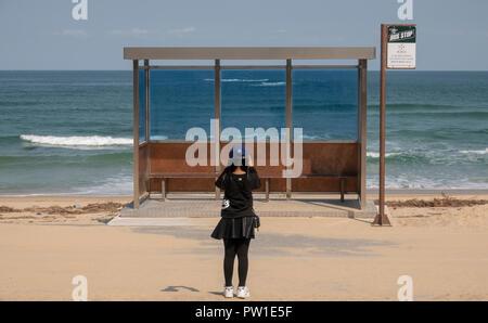 """BTS-Haltestelle, Okt 9, 2018: """"BTS Haltestelle 'an Jumunjin Strand in Tainan gesehen wird, etwa 166 km (103 Meilen) östlich von Seoul, Südkorea. BTS gefilmt das """"Du Never Walk Alone' Album Fotos am Jumunjin Strand und der Stadt Gangneung die Bushaltestelle auf der Abdeckung der Bts"""" Album neu erstellt. Die BTS-Haltestelle ist nicht auf einen tatsächlichen Anschlag für lokale Busse, aber es ist ein Foto Zone für Fans und Touristen. Quelle: Lee Jae-Won/LBA/Alamy leben Nachrichten - Stockfoto"""
