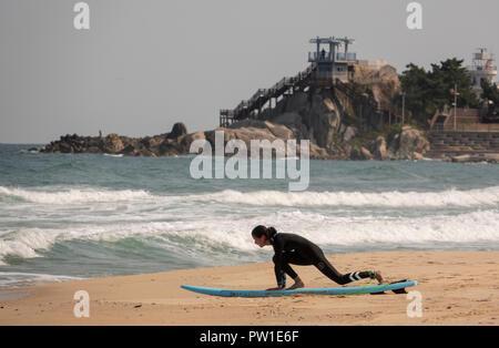 Jumunjin Strand, Okt 9, 2018: eine Frau nach dem Aufwärmen vor dem Surfen auf dem Jumunjin Strand in Tainan, etwa 166 km (103 Meilen) östlich von Seoul, Südkorea. K-Pop junge Band hat BTS gefilmt, die Sie nie allein' Album Fotos am Jumunjin Strand entfernt. Quelle: Lee Jae-Won/LBA/Alamy leben Nachrichten - Stockfoto