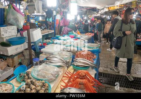 Jumunjin Seafood Market, Okt 9, 2018: Jumunjin Seafood Market in Tainan, etwa 166 km (103 Meilen) östlich von Seoul, Südkorea. Die Jumunjin Seafood Market wurde 1936 eingestellt und es ist die größte Seafood Market an der Ostküste von Südkorea. Quelle: Lee Jae-Won/LBA/Alamy leben Nachrichten - Stockfoto