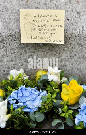 Trafalgar Square, London, UK. 12. Oktober 2018. An der Statue von WW 1 britische Krankenschwester Edith Cavell festgelegt, die von den Deutschen im Jahre 1915 hingerichtet wurde. Quelle: Matthew Chattle/Alamy leben Nachrichten - Stockfoto