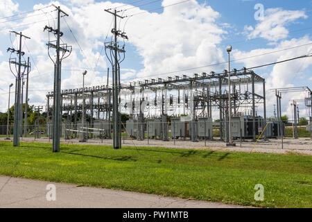 ELIZABETHTON, TN, USA-10/1/18: Unterstation mit Transformatoren in der Innenstadt. - Stockfoto