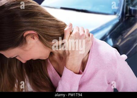 Nahaufnahme einer reifen Frau leiden unter Nackenschmerzen - Stockfoto