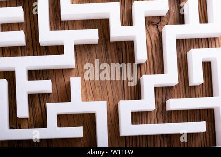 Ansicht von oben der Abstrakten weißen Labyrinth auf hölzernen Hintergrund - Stockfoto