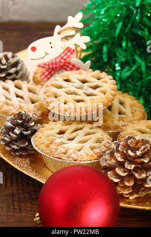 Weihnachten Mince Pies auf eine goldene Platte auf Holz- Hintergrund - Stockfoto