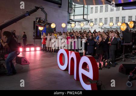 Ein Chor Proben eine Mary Poppins Song während einer Outside Broadcast für die One Show Broadcasting House, am 4. Oktober 2018 in London, England. - Stockfoto
