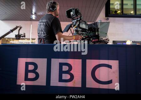 Ein BBC-Kameramann betreibt seine Ausrüstung während einer Probe für ein übertragungswagen Für den One Show Broadcasting House, am 4. Oktober 2018 in London, England. - Stockfoto