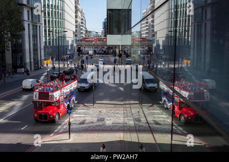 Eine Antenne Stadtbild von Londonern, allgemeine Verkehrs- und einem offenen Doppeldecker Tourbus auf Upper Thames Street (Upstream von London Bridge) in der Londoner City - der Capital District, am 11. Oktober 2018, in London, England. - Stockfoto