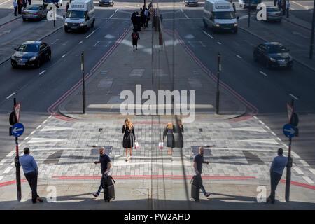 Eine Antenne Stadtbild von Londonern und Verkehr auf Upper Thames Street (Upstream von London Bridge) in der Londoner City - der Capital District, am 11. Oktober 2018, in London, England. - Stockfoto
