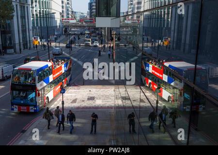 Eine Antenne Stadtbild von Londonern, allgemeine Verkehrs- und eine Tour Bus auf Upper Thames Street (Upstream von London Bridge) in der Londoner City - der Capital District, am 10. Oktober 2018, in London, England. - Stockfoto