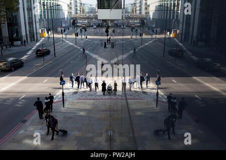 Eine Antenne Stadtbild von Londonern und Verkehr auf Upper Thames Street (Upstream von London Bridge) in der Londoner City - der Capital District, am 10. Oktober 2018, in London, England. - Stockfoto