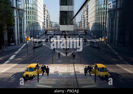 Eine Antenne Stadtbild von Londonern, allgemeine Verkehr und ein London Taxi auf Upper Thames Street (Upstream von London Bridge) in der Londoner City - der Capital District, am 10. Oktober 2018, in London, England. - Stockfoto