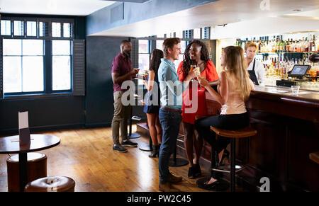 Gruppe von jungen Freunden entspannen Sie in der Bar stehen am Zähler - Stockfoto