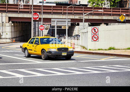 New York City, USA - 28. Juni 2018: Gelbe Taxi hält am Zebrastreifen. - Stockfoto