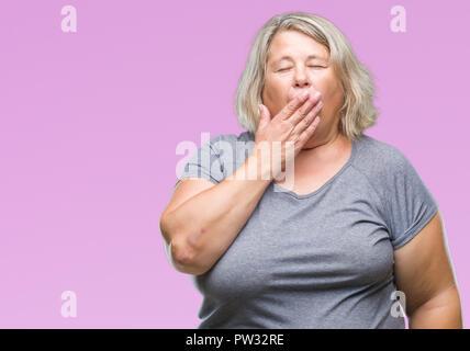 Senior Plus size kaukasische Frau über isolierte Hintergrund Gähnen müde über den Mund mit der Hand gebohrt. Rastlos und Schläfrigkeit. - Stockfoto
