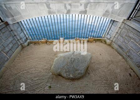 Plymouth Rock, der Stein, auf dem die ersten Pilger aus der Mayflower Schiff 1620 ausgeschifft, Plymouth, Plymouth County, Massachusetts, USA - Stockfoto