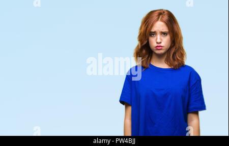 Junge schöne Frau über isolierte Hintergrund gedrückt und für Not, Sorge und schrie wütend und ängstlich. Traurigen Gesichtsausdruck. - Stockfoto